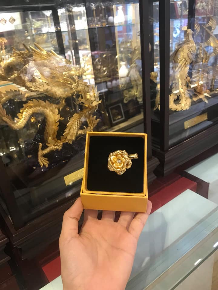 Hoa Cài Áo Dát Vàng