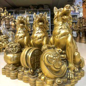 Tượng Chó Ngồi Trên Tiền Vàng