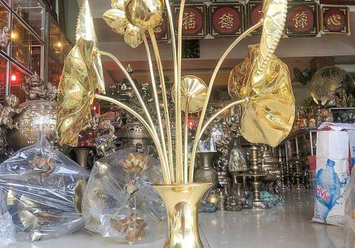 Lọ hoa và hoa sen bằng đồng