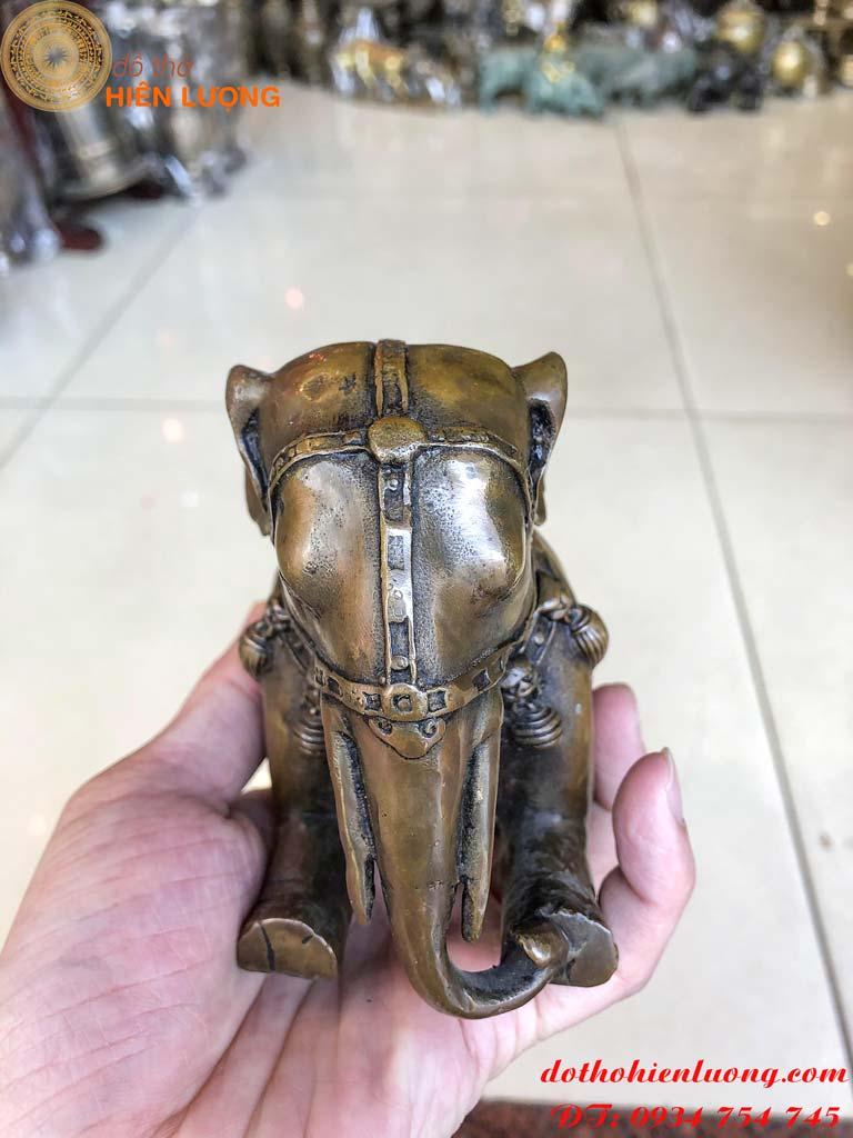 Đôi tượng voi quỳ bằng đồng giả cổ