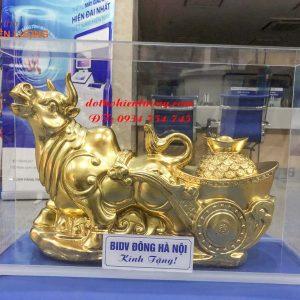 Tượng trâu mạ vàng làm quà tặng